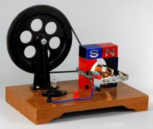 Машина магнитоэлектрическая генератор ручной 300x252 оборудование по физике для школ